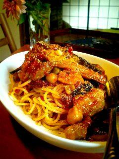 茄子と豚肉の赤いパスタ