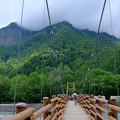 明神橋を渡る