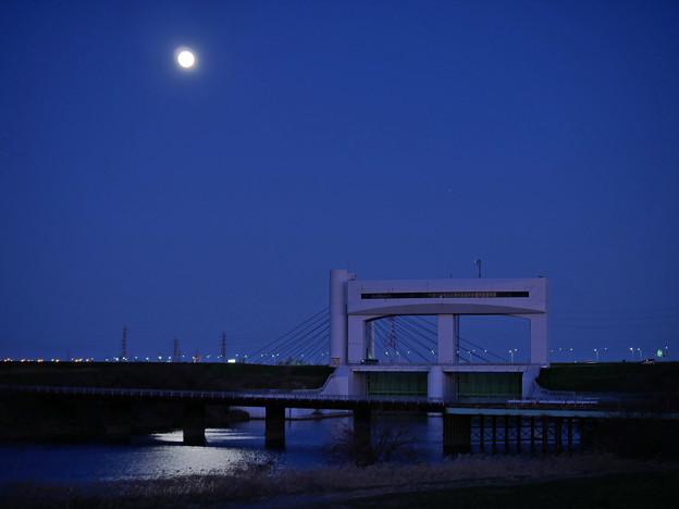 朝霞水門と幸魂大橋とスーパームーン