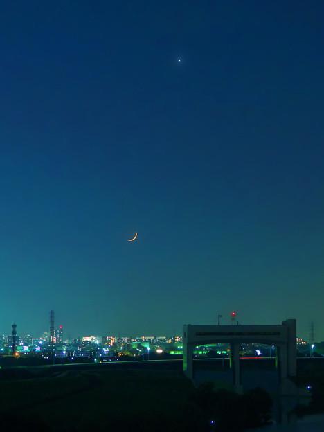 写真: 月齢1.9~極細の月と金星 縦ver.