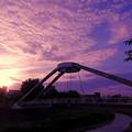 写真: 夕暮れの歩行者自転車専用橋