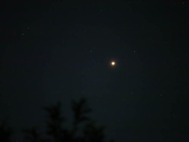赤く輝く火星