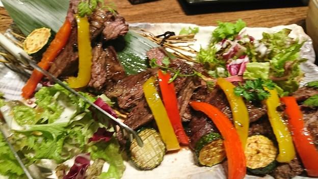 (6)焼 物  牛ハラミと旬野菜 シャリアピンステーキ トリュフ薫るソース
