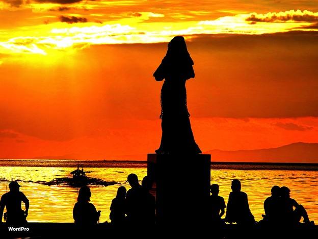 写真: マニラ湾今日の夕日