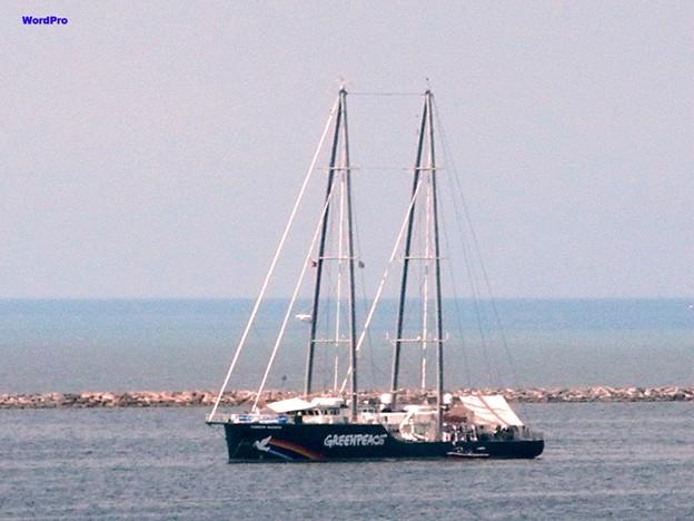 写真: Greenpeace ship Rainbow worrior3