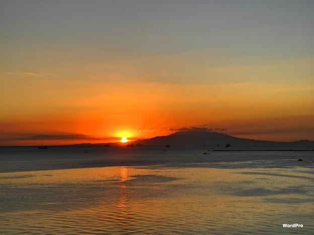 写真: マニラ湾今日の夕陽