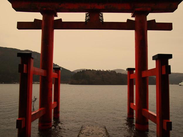 写真: 芦ノ湖を背にパシャ・ポイント
