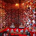 つるし飾りに囲まれた雛壇