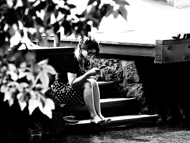 水辺で読書 → スマホ…