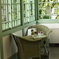 西洋館の夏の窓辺
