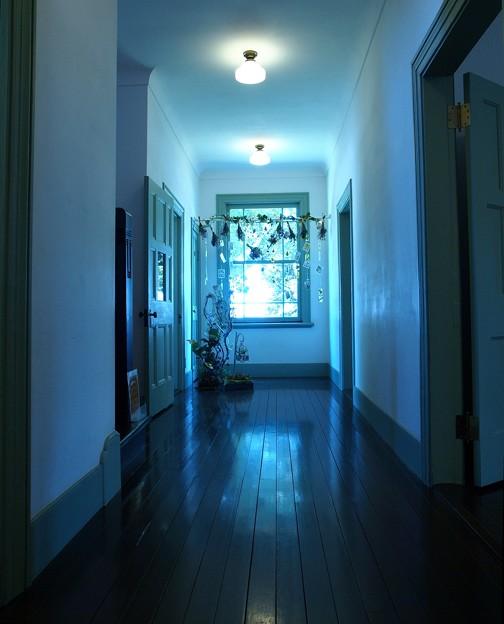 西洋館の夏の廊下