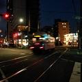 写真: 秋の夜の静寂を走る抜ける