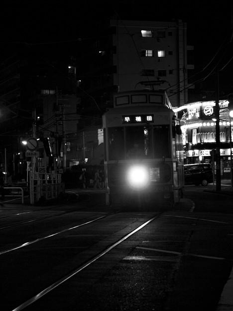写真: 秋の夜のひとつ目な都電