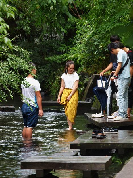 水辺で和む若者たち
