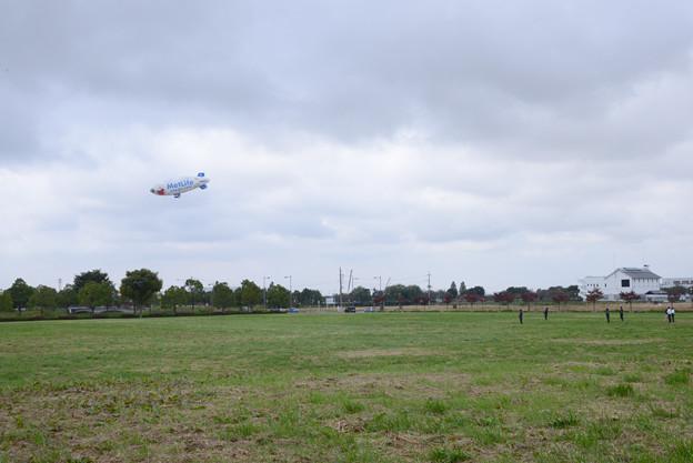 着陸進入中のスヌーピーJ号と待機するグラウンドクルー