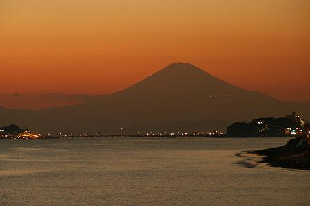 影富士が現る、稲村ヶ崎の薄明り。(12/3)