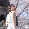 Photos: 桜下で待つ