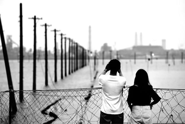 電柱とカップル