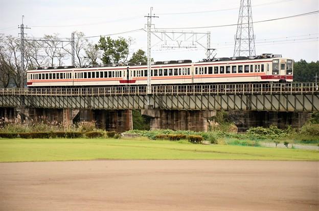 思川橋梁を渡る東武6050系