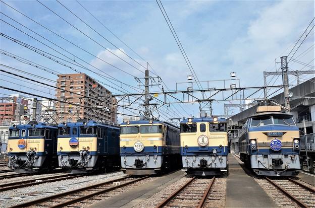 青空と青い国鉄色電気機関車たち