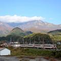 写真: 秋色の日光連山と東武6050系