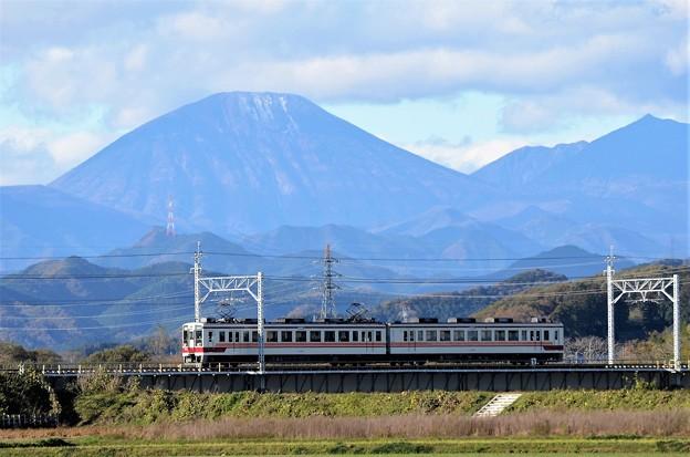 初冠雪の男体山と東武6050系