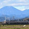 Photos: 初冠雪の男体山と東武6050系