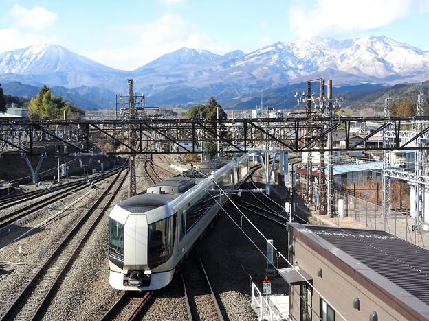 雪化粧の日光連山と特急リバティ会津17号