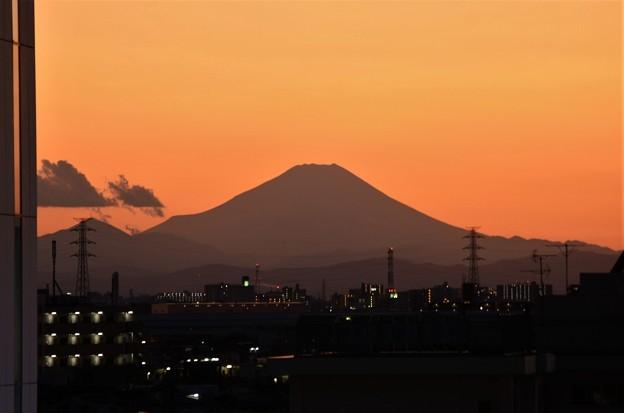 写真: 夕暮れ富士山シルエット