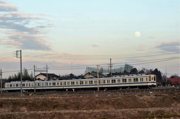 白い待宵月の東武宇都宮線