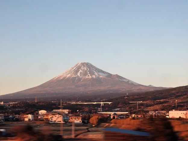 のぞみ号の車窓 夕陽色の富士山