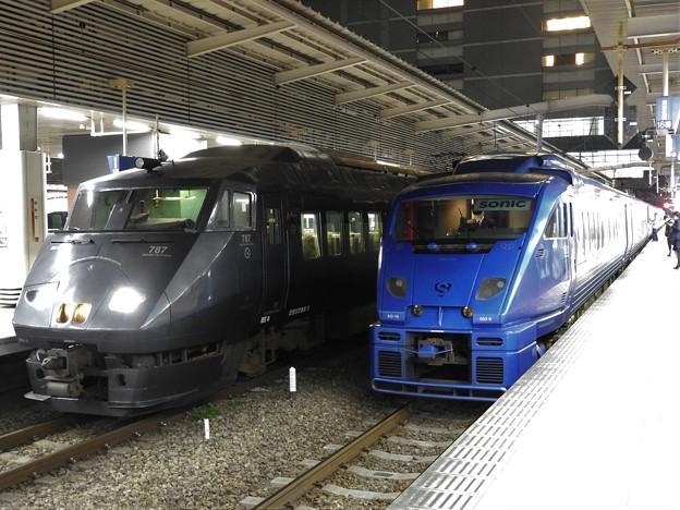 夜の博多駅787系・883系並び