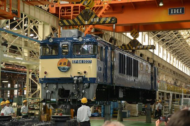 国鉄色塗装のEF64 1037車体吊り上げ開始