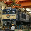 Photos: 国鉄色塗装のEF64 1037車体吊り上げ開始