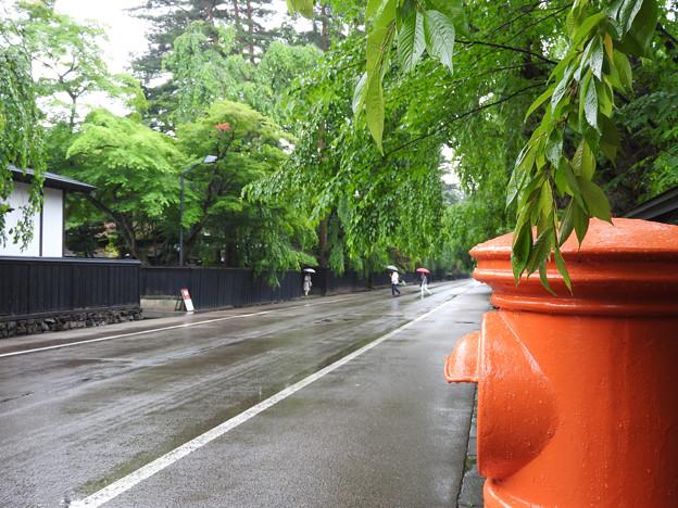 武家屋敷通りに佇む赤いポスト