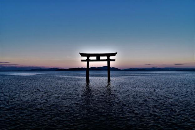 琵琶湖に浮かぶ鳥居