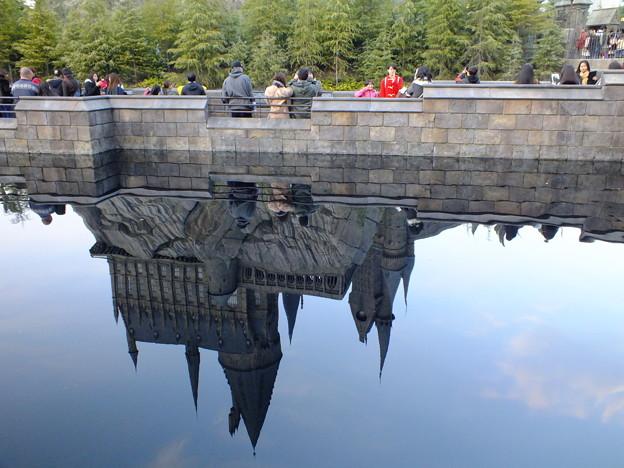 池に映ったホグワーツ城