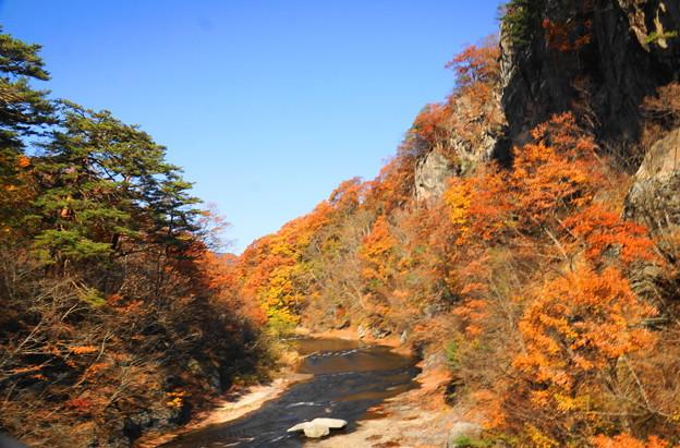 181111_F16_渓谷の上流を・スロー・S18200・α60(吹き割の滝)
