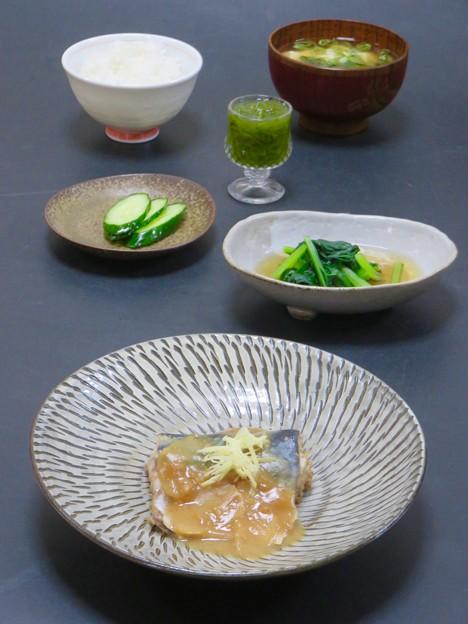 今晩は、鯖の味噌煮、小松菜の煮浸し、胡瓜のぬか漬け、めかぶ和え、豆腐とわかめの味噌汁、ご飯