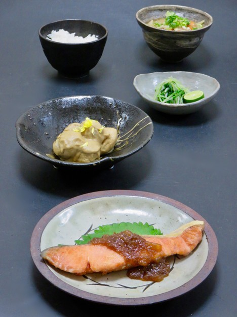 今晩は、秋鮭の梨ソース掛け、里芋の胡麻味噌煮 菊花、水菜漬け すだち、豚汁、ご飯