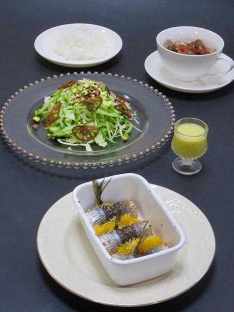 今晩は、サンマのベッカフィーコ オレンジ風味、蓮根チップサラダ ピスタチオ 梨ドレッシング、アサリとドライトマトのスープ マッシュルーム 玉ねぎ、ライス