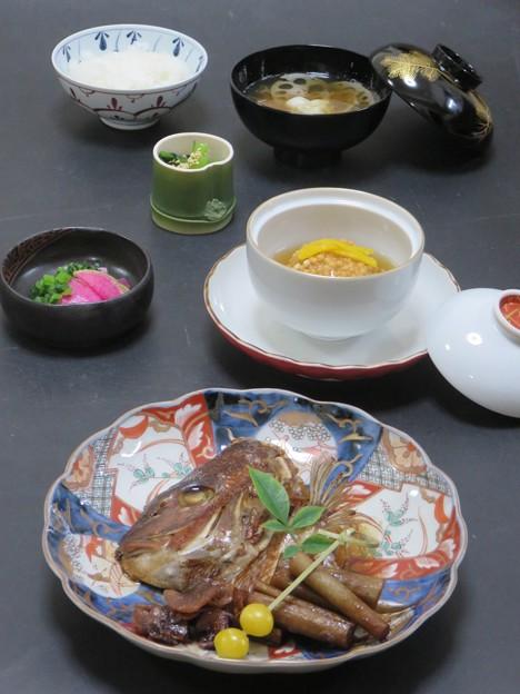 11月18日 今晩は、鯛のあら炊き 兜煮、銀杏、里芋饅頭 柚子銀あん、小松菜の煮浸し、紅大根浅漬け、蓮根と百合根の清汁、ご飯