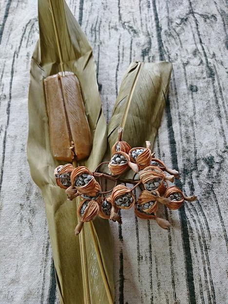 月桃の葉とカーサムーチーと月桃の種