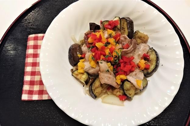 G先生にこれを。豚肉のサラダです。