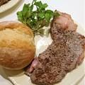 写真: G先生にこれを。お肉をやいたものです