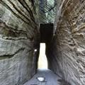 写真: 燈籠坂大師の切通しのトンネル