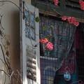 写真: 古民家の窓と赤い花。