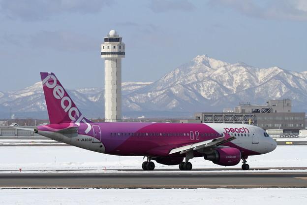 A320 PeachとTowerと恵庭岳