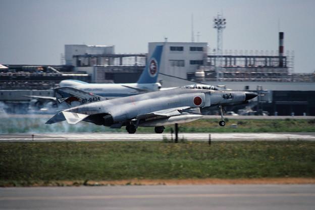 F-4EJ 8434 302sq landing CTS 1982.08