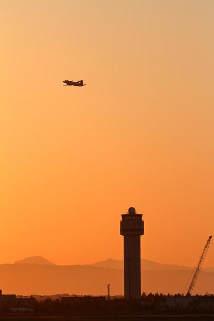 夕焼け空にYS-11EBとCTS tower